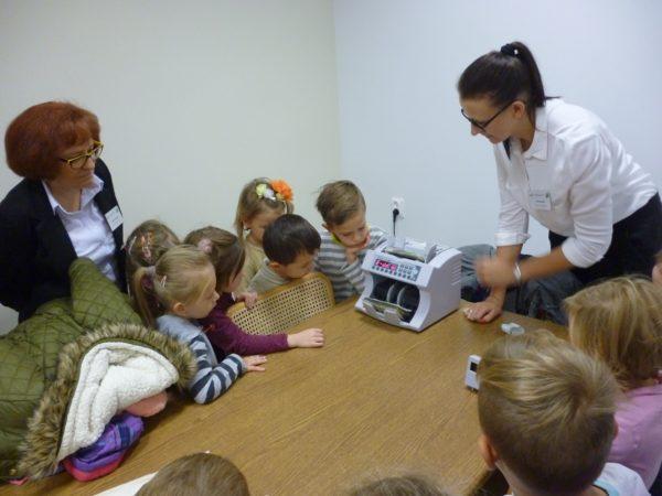 Przedszkolaki z wizytą  w Banku